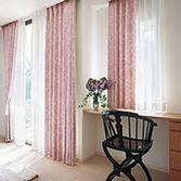 ピンクのリビングカーテン